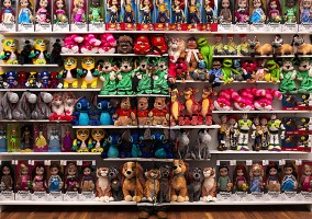 liu bolin homme invisible avec des peluches jouet magasin
