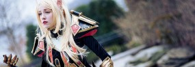 Une cosplayeuse enfile le set T2 des paladins de World of Warcraft